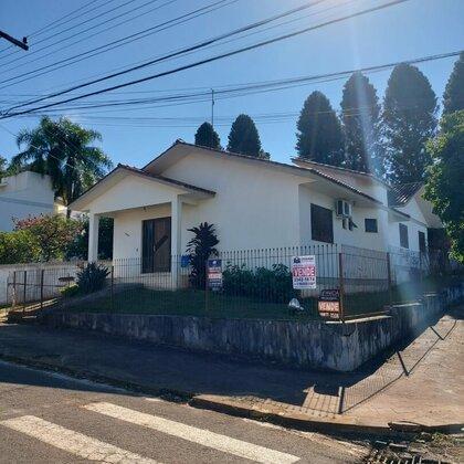 Comprar casa de esquina em bairro residencial