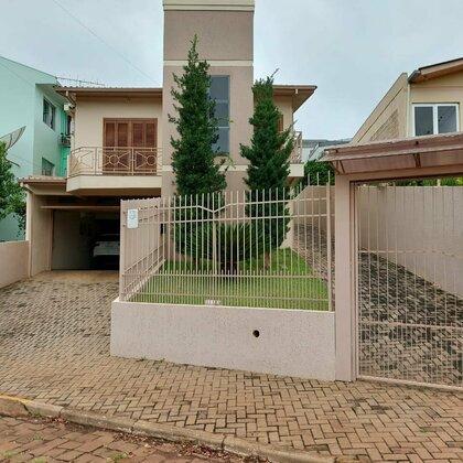 Vende-se casa de 2 pavimentos com excelente localização