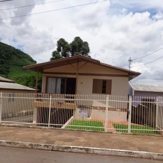 Vende-se ampla residência no bairro Santa Isabel