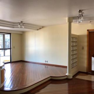 Apartamento central, com 3 quartos,semi mobiliado.