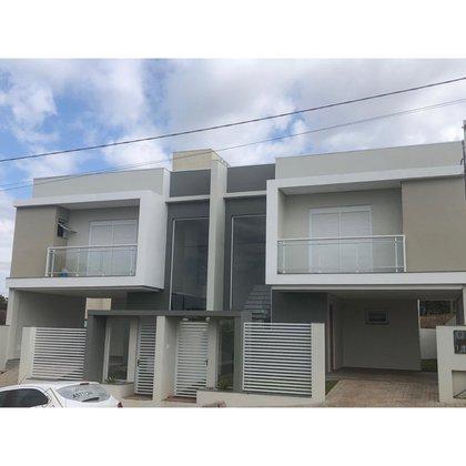 Casas duplex, com 3 quartos,sendo 1 suíte  e  garagem .