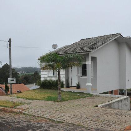 Linda casa no Bairro Santorini