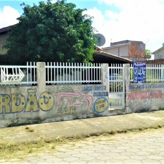 Vende - se Casa de Madeira em terreno grande em Laguna/SC